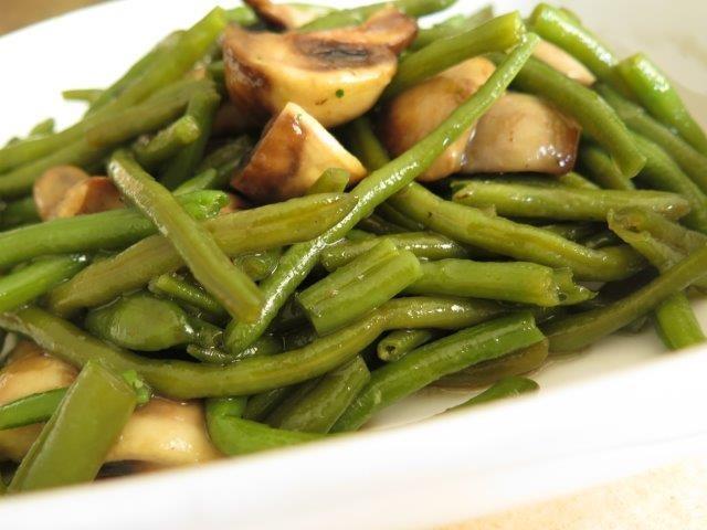 פטריות מוקפצות עם שעועית ירוקה / יש משהו טעים במטבח בסוף השבוע