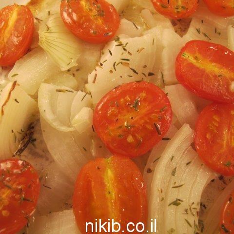 עגבניות ובצל צלויים בבלסמי
