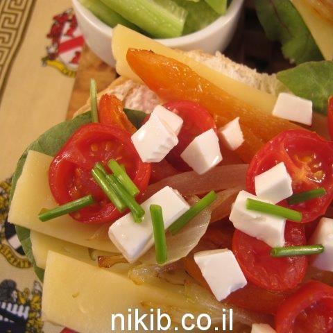 כריך גבינה צהובה וירקות
