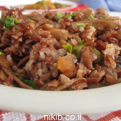 אורז אדום מלא עם אפונה וגזר