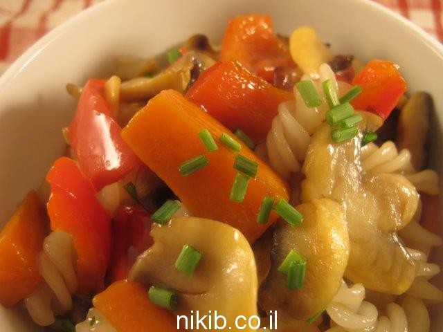 מקלוני אורז מוקפצים עם ירקות
