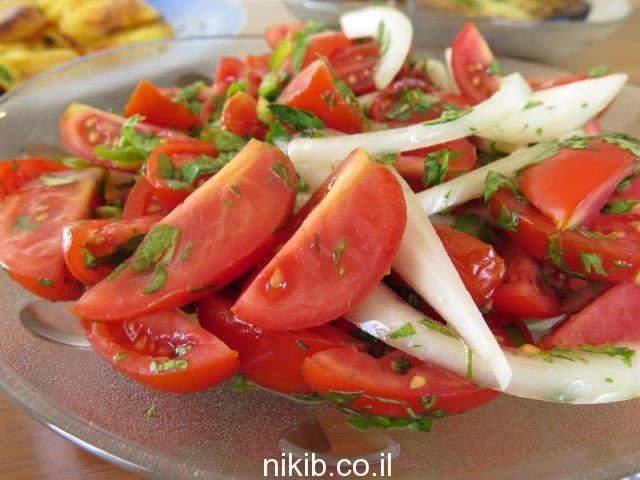 סלט עגבניות חריף עם כוסברה / יש משהו טעים במטבח בסוף השבוע