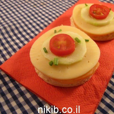 כריך סלמון גבינה צהובה גבינת שמנת וירקות / כריכים לילדים