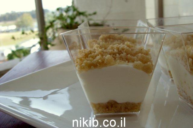 עוגת גבינה ופירורים בכוס