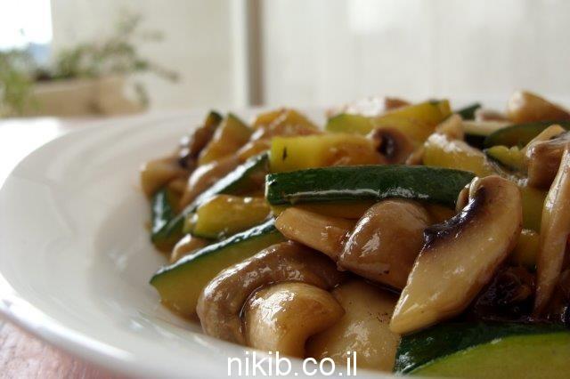 פטריות וקישואים מוקפצים / בישולים ומתכונים