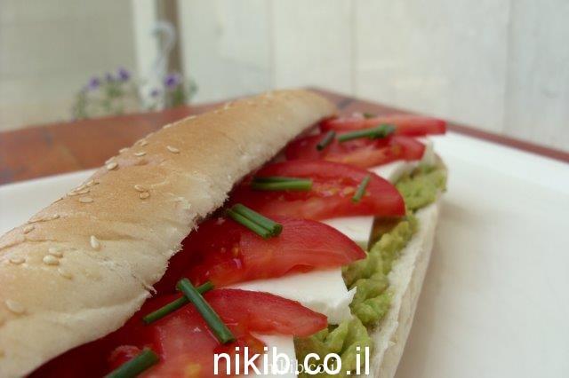 אבוקדו גבינה צפתית עגבנייה פרוסה דק ועירית קצוצה / כריכים לילדים