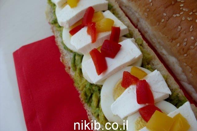 אבוקדו, ביצה קשה פרוסה דק, גבינה צפתית ומעט פלפלים קלויים / כריכים לילדים