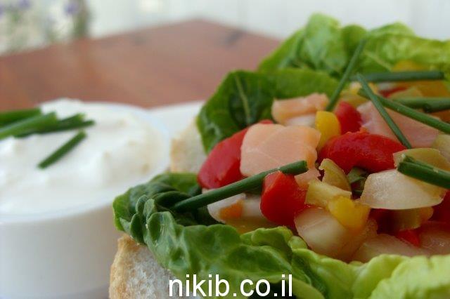 כריך עם גבינת שמנת חסה סלמון סלט ירקות לבעלי / כריכים לילדים