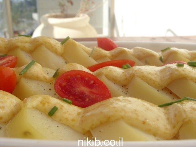 סלט פרוסות תפוחי אדמה עם מיונז וחרדל